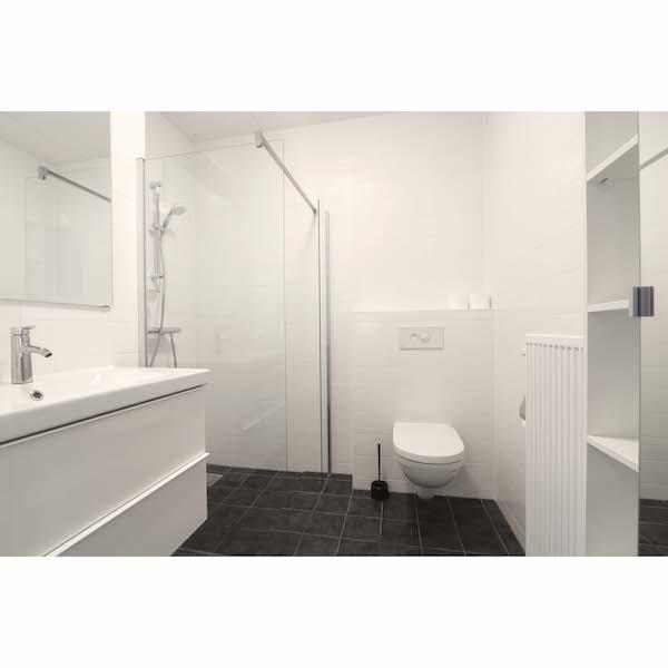 Compleet ingerichte badkamer met veel opbergruimte appartement Mercuriushof Dr. Schaepmanstraat 143 Assen_1