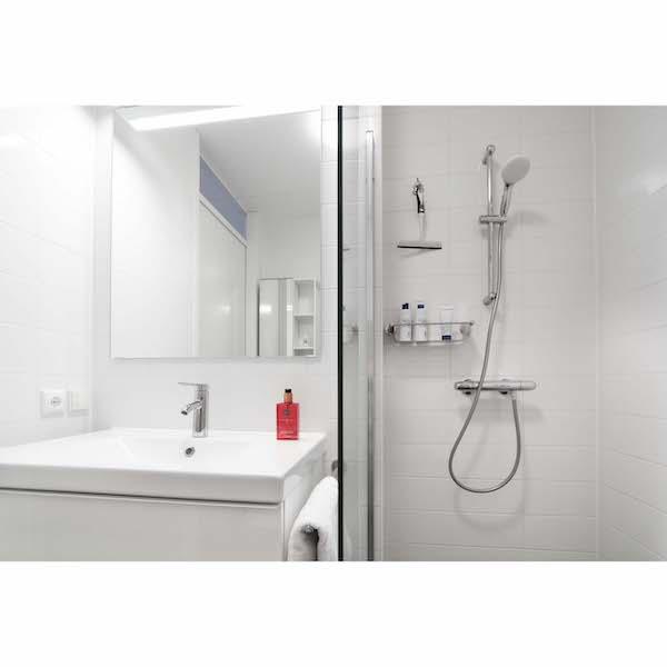 Compleet ingerichte badkamer met veel opbergruimte appartement Mercuriushof Dr. Schaepmanstraat 143 Assen_2