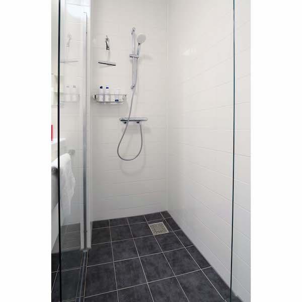 Compleet ingerichte badkamer met veel opbergruimte appartement Mercuriushof Dr. Schaepmanstraat 143 Assen_3