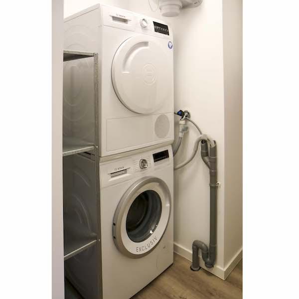 Technische ruimte met Bosch wasmachine en droger in gestoffeerd appartement Mercuriushof Dr. Schaepmanstraat 143 Assen_1